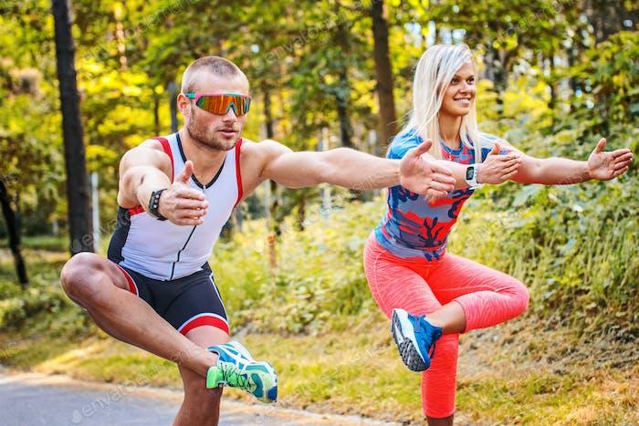 Mann und Frau machen Übungen.