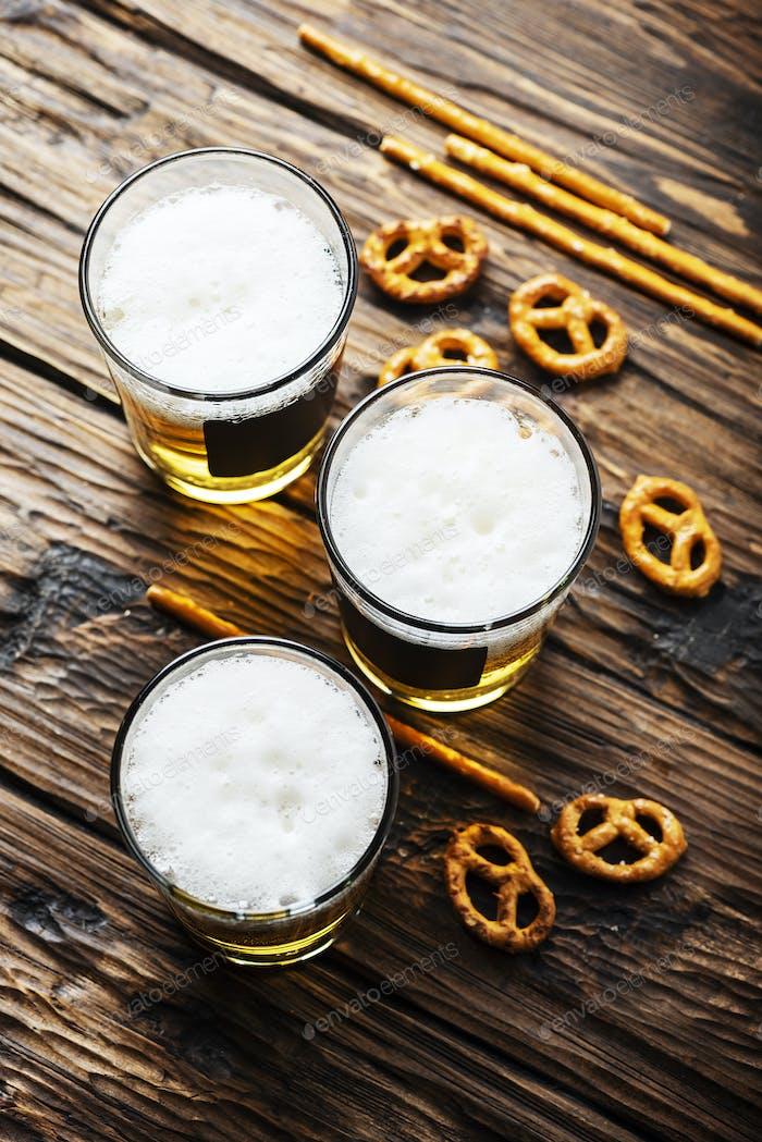 Gläser von blondem Bier