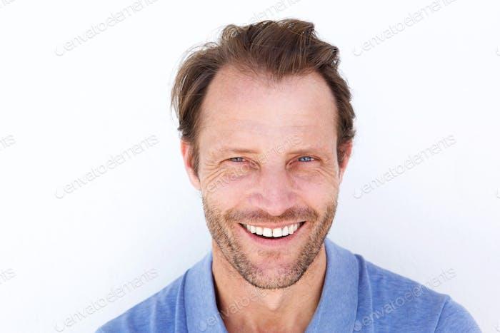 Cerca de arriba Alegre Hombre mayor sonriendo contra Fondo blanco