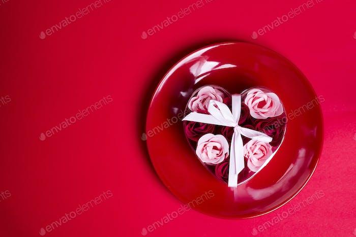 dekorative Seife in Form von Rosen auf einem Teller