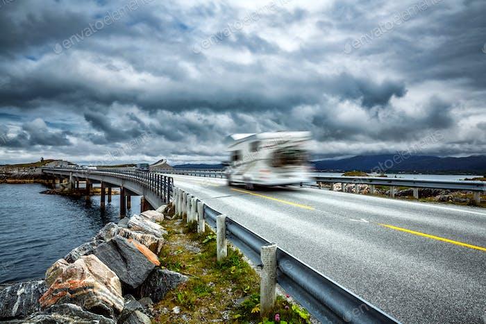Norwegen. Caravan Auto fährt auf der Autobahn.