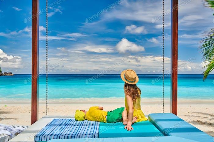 Mutter mit drei Jahre alten Jungen am Strand. Seychellen, Mahe.