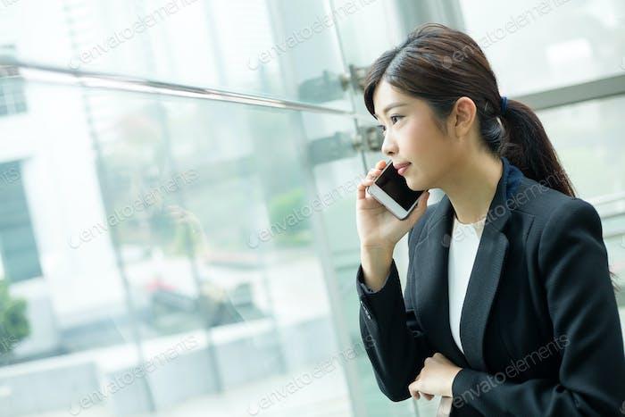 Geschäftsfrau nimmt einen Anruf an
