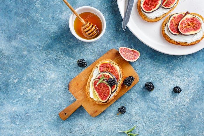 Sandwich with fresh figs