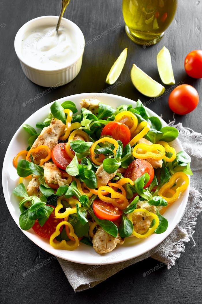 Gemüsesalat mit Hühnerfleisch