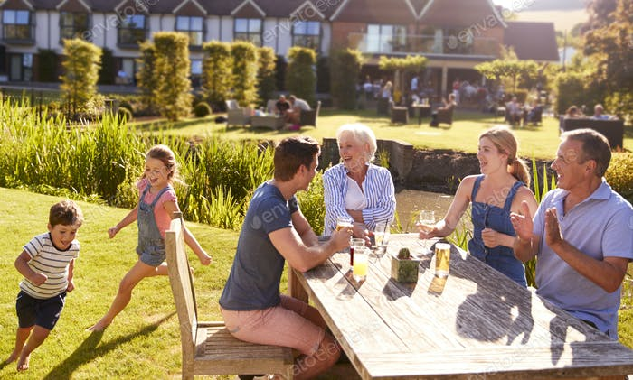Multi Generation Familie genießen Outdoor-Sommer-Drink im Pub