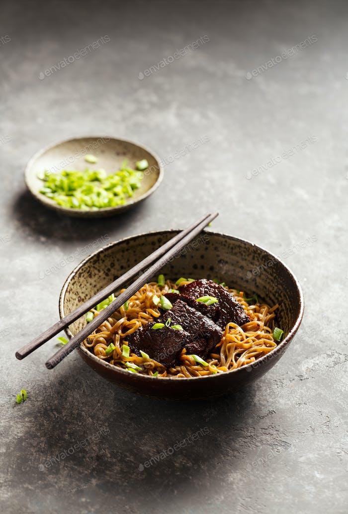 Japanische Nudel mit Rindfleisch