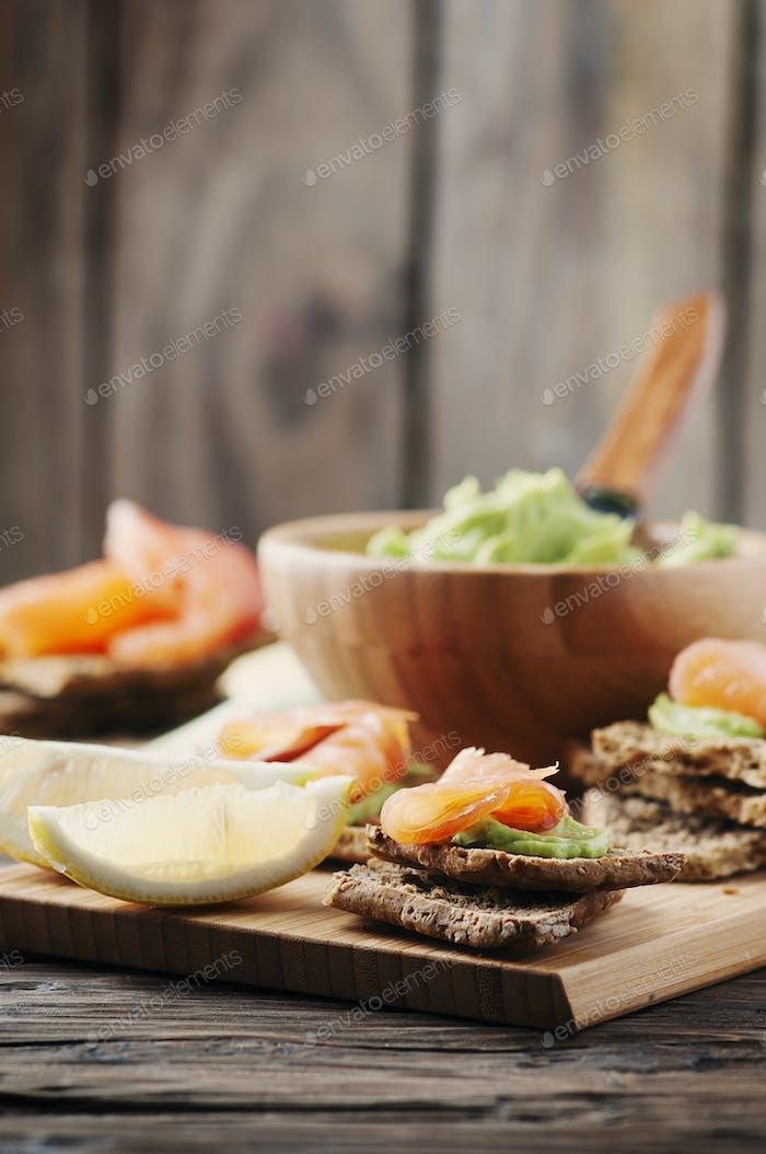Grüne Mousse mit Avocado, Lachs und Brot