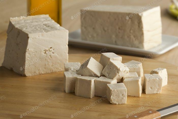 Frisch geschnittene Stücke von Tofu