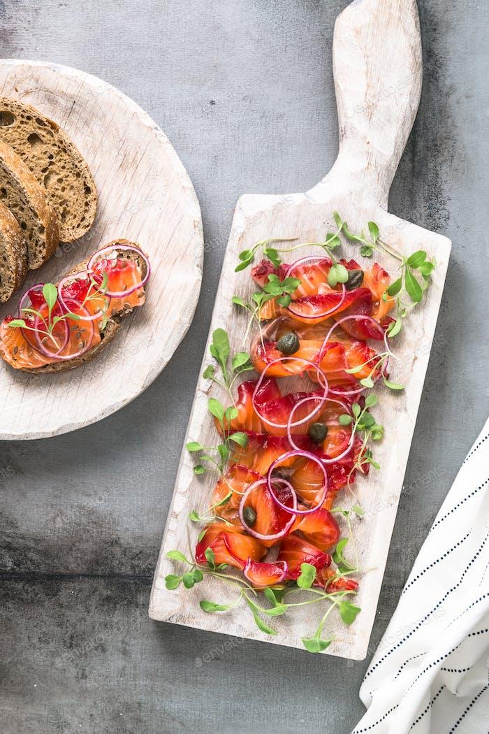 Gravlax - geheilter Lachs oder Forelle mit Zwiebel und Brot