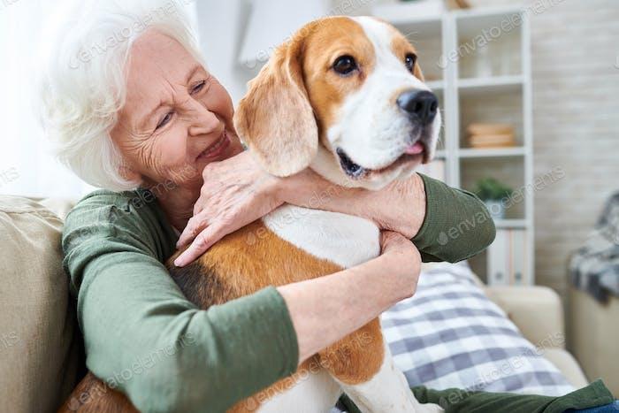 glücklich Oma lieben Ihr Hund
