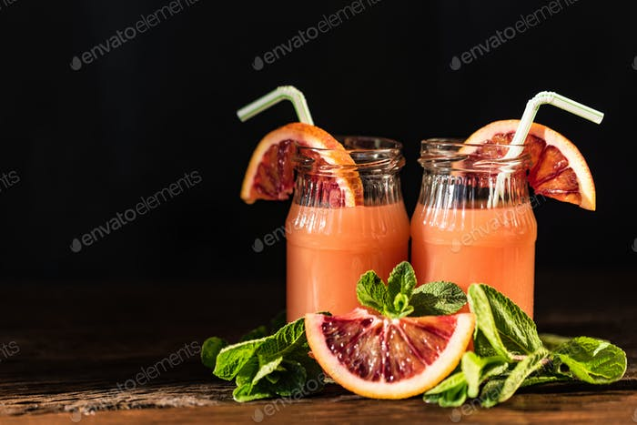 Gläser mit frischem Blut Orangensaft, selektiver Fokus