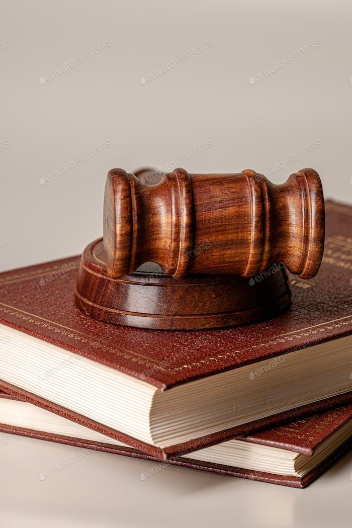 Juez Mártico y libro legal cerca de la mesa