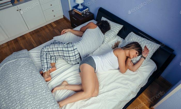 Paar schläft auf dem Rücken ungedeckt