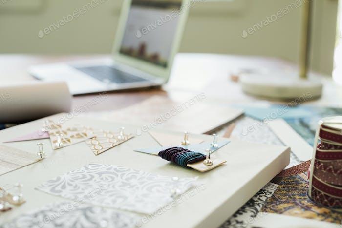 Basteln Sie Materialien, Stoff und Papier, Muster und ein Notebook und Tablet.