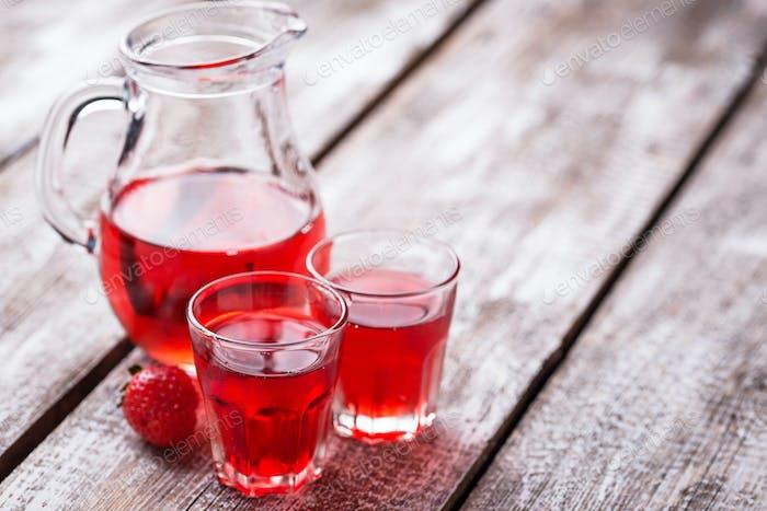 Erdbeerlikör in einem Glas