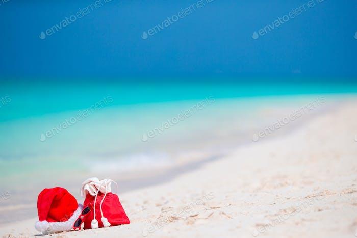 Accessoires de Noël sur la plage blanche. Vacances de voyage de Noël et concept de cuprise de voyage. Plage