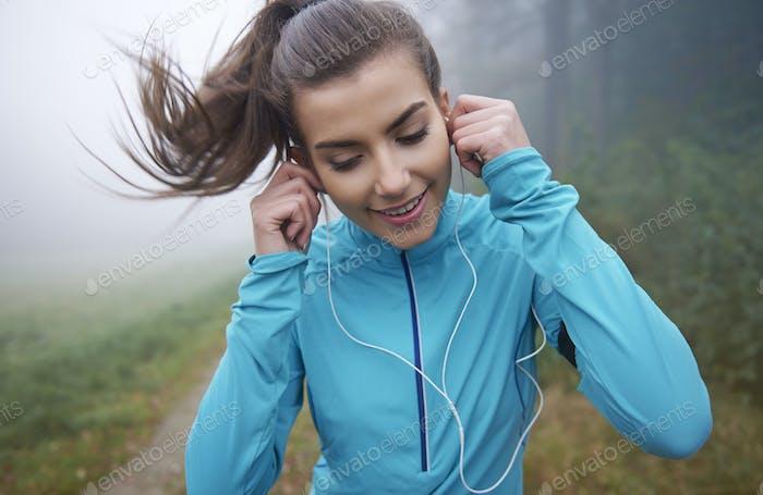 Laufen ist Zeit mit ihren Lieblings-Sounds