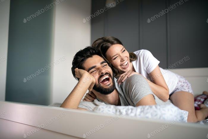 Fröhlich junges Paar machen Massage zu Hause