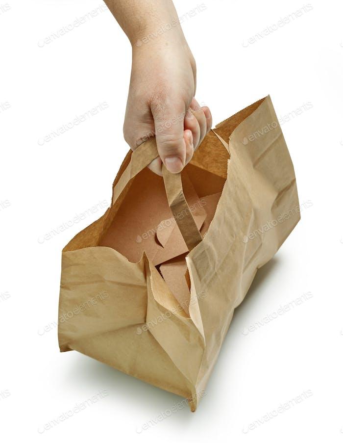 Papiertüte in menschlicher Hand