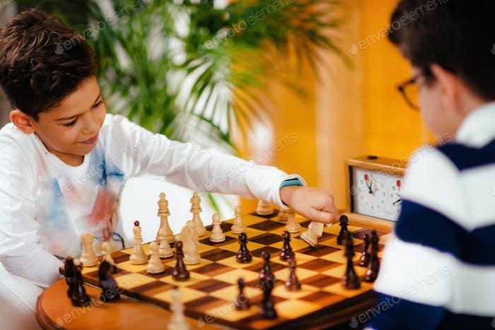 Schuljungen spielen Schach