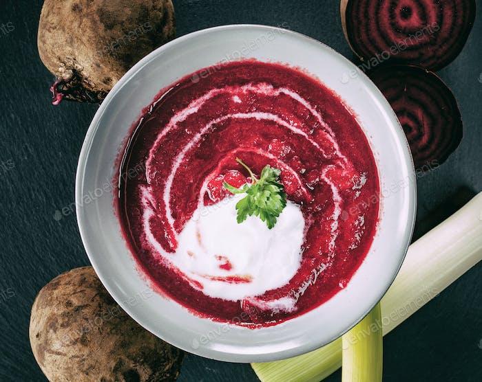 Rote Beete, roter Borschtsch mit saurer Sahne und Petersilie