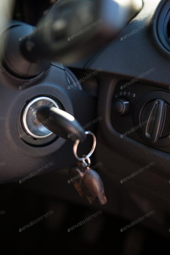 Autoinnenraum mit Armaturenbrett und Schlüssel