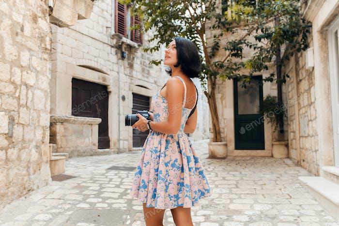 attraktive Frau im Kleid treveling im Urlaub