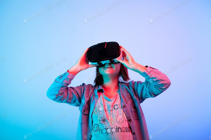 Kind experimentiert mit Virtual Reality Headset