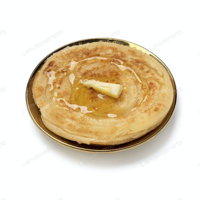 Single frisch gebackene Meloui, marokkanischer Pfannkuchen mit Butter und Honig