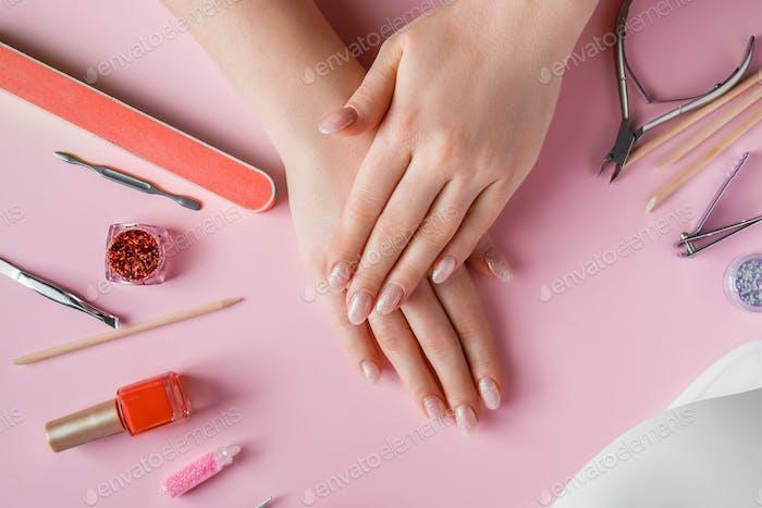 Nagelpflege-Verfahren in einem Schönheitssalon.