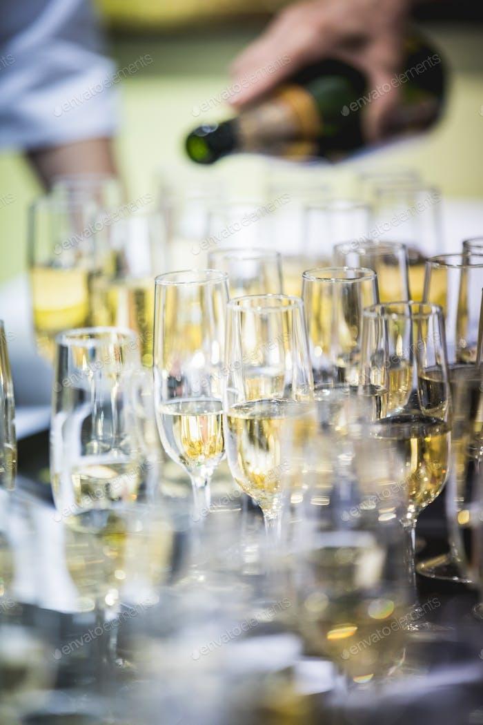 Kellner gießen Champagner