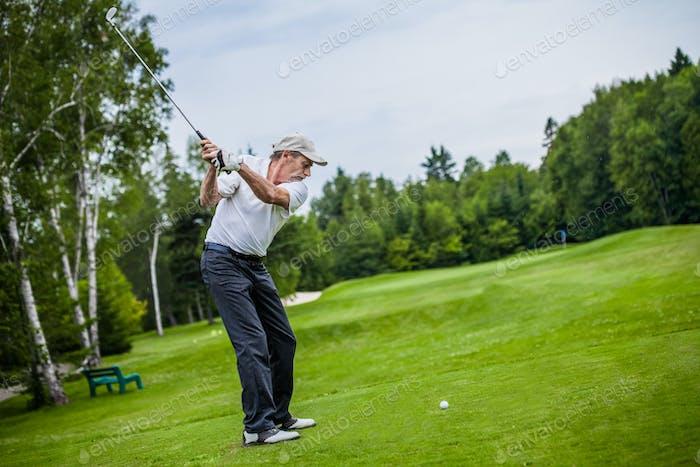 Reife Golfer auf einem Golfplatz