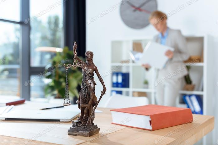 Bronze themis Skulptur auf weiblichen Anwalt Tisch