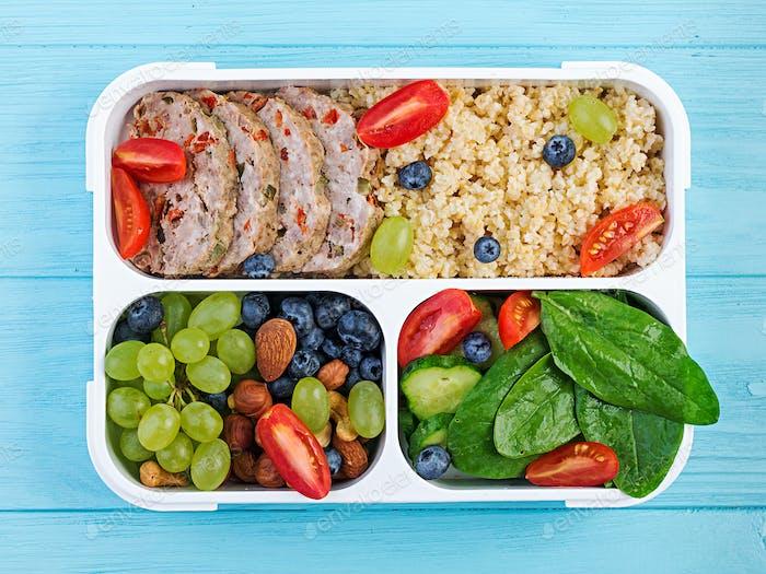 Fiambrera caja de pan de carne, bulgur, nueces, pepino y baya. Comida saludable para fitness. LlévenLejos. Fiambrera.