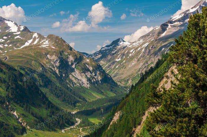 Tal Und Landstraße In Austrain Alpen.