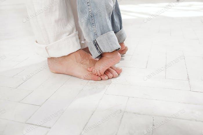 El padre y sus pies de hijo de nueve meses