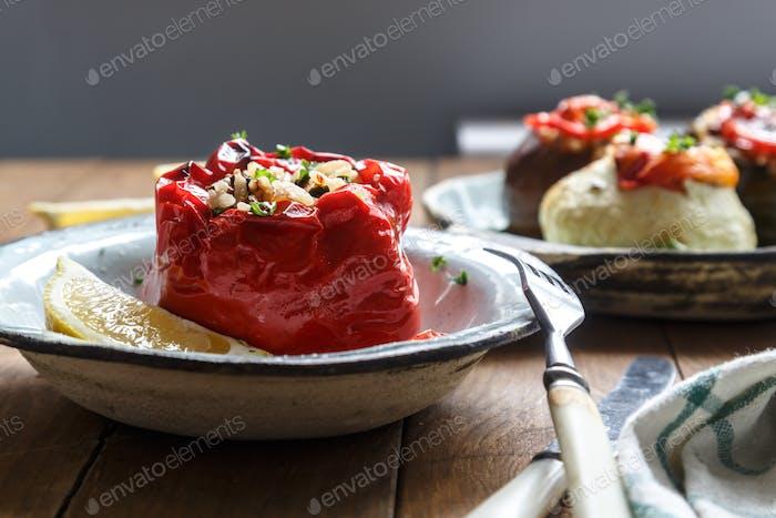 Pimiento rojo al horno relleno de arroz, cacahuetes y ciruelas pasas. Gemista griego tradicional.