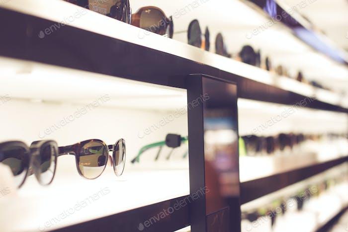 Sonnenbrille auf hellen Regalen
