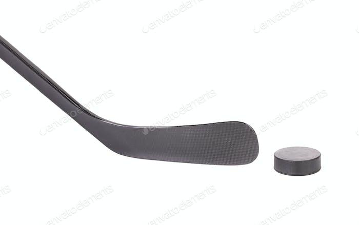 Schwarzer Eishockeyschläger und Puck.
