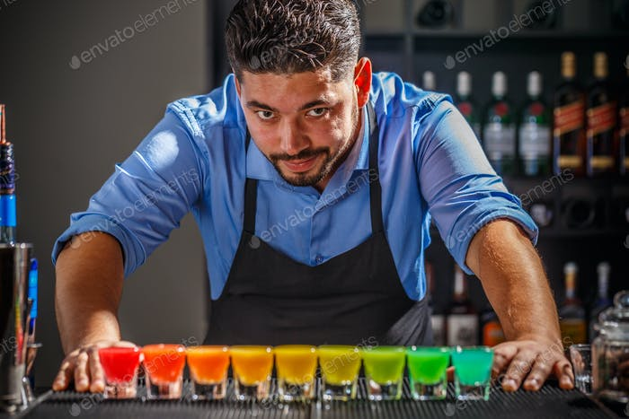 Barmann mit Regenbogencocktai