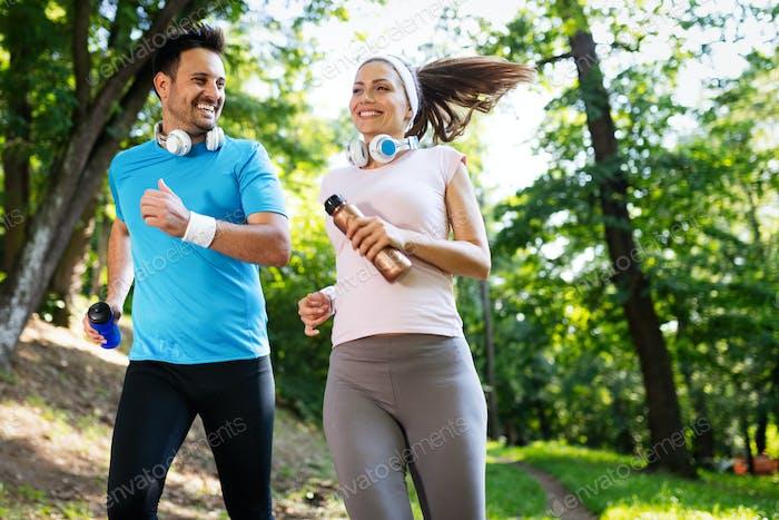 Entrenamiento de fitness para parejas enamoradas fuera