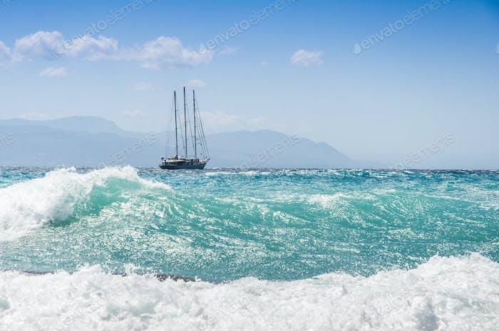 Segelschiff im heftigen Sturm auf dem Meer