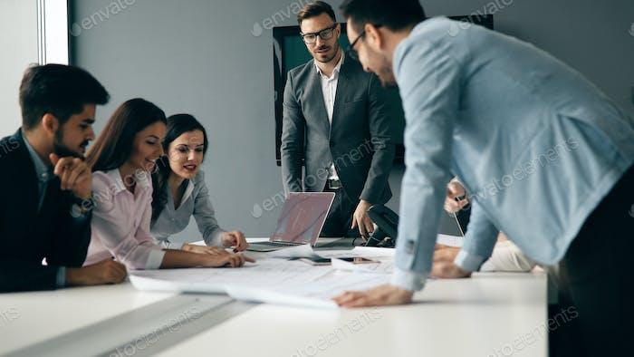 Geschäftsleute arbeiten gemeinsam am Projekt