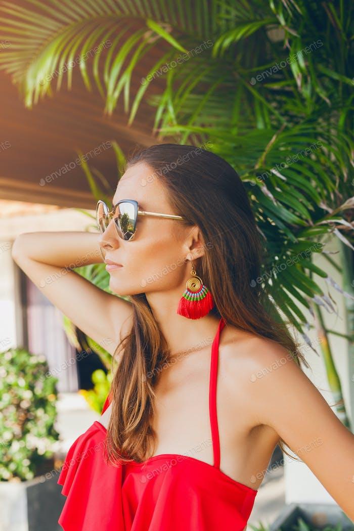 Nahaufnahme schlanker Bauch einer jungen Frau mit schönem schlanken Körper in rotem Bikini-Badeanzug