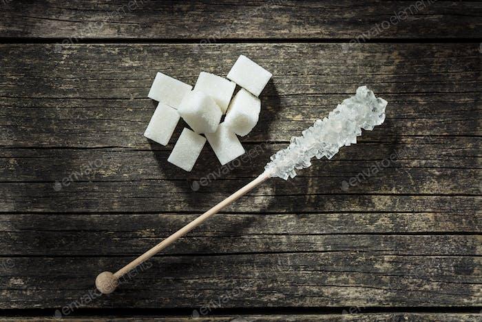 Kristallisierter Zucker auf Holzstab.