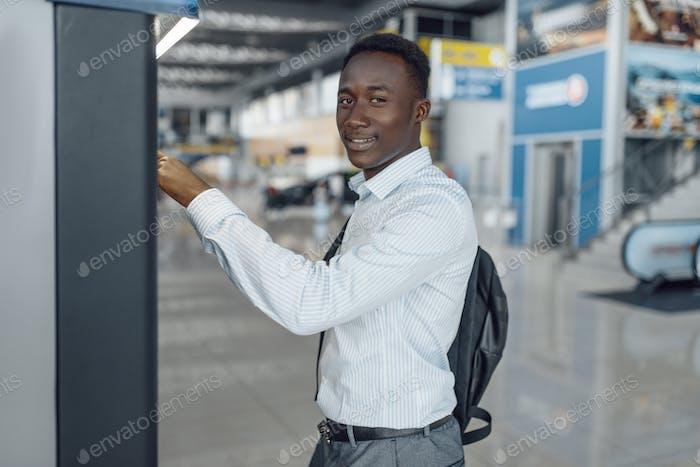 Geschäftsmann an der Kaffeemaschine im Autohaus