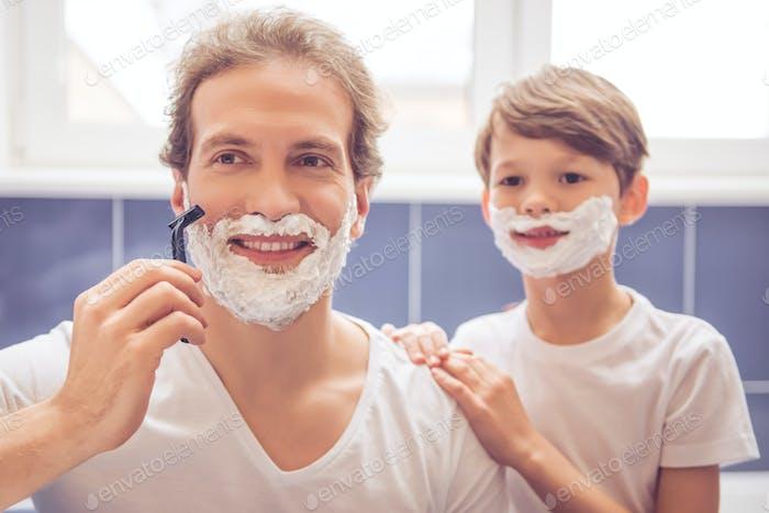 Vater und Sohn im Bad