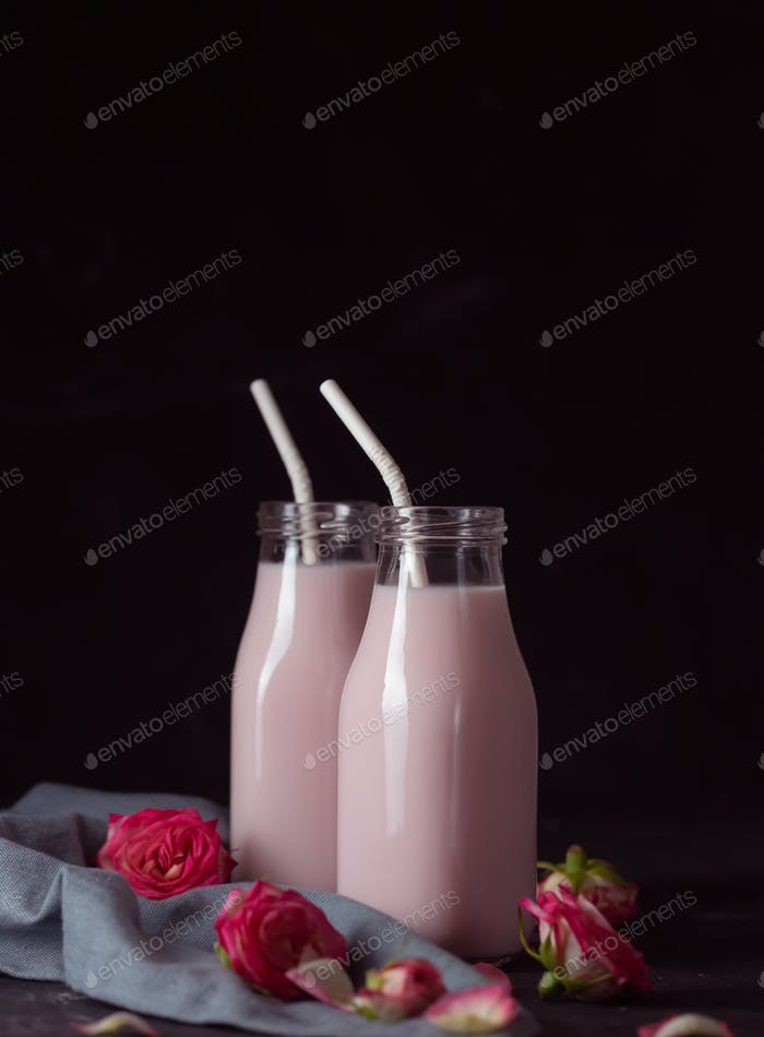 Mondmilch bereitet mit rosa Rosenblüte