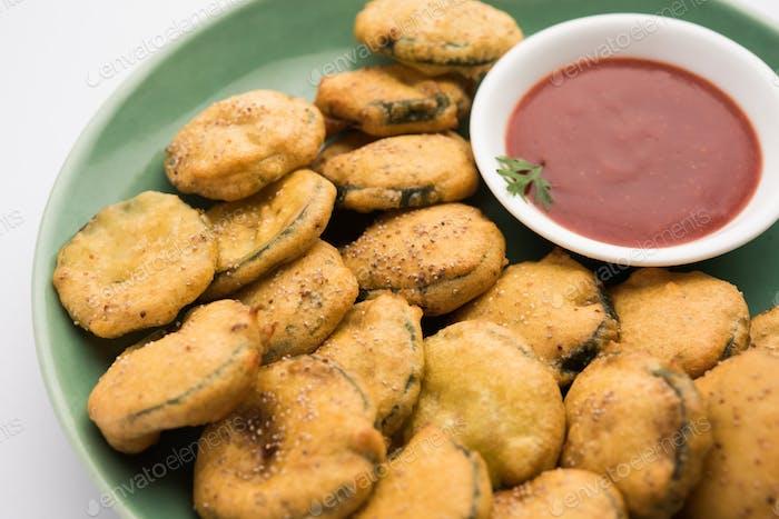 Gilki Pakora /Pakoda/Bhajji auch bekannt als Schwamm Kürbis Krapfen, serviert mit Tomatenketchup